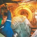 Arreglo. El gerente regional de EGSA supervisó ayer los trabajos de reparación del generador de ciclo combinado, junto a sus técnicos. El calor eleva la demanda