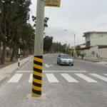 Perú: Postes invaden carril de calle