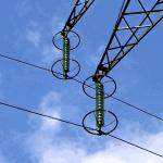 ¿Cuál es la finalidad de los anillos en los aisladores de una línea eléctrica?