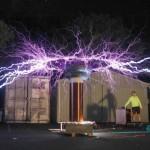 ¿Qué es una bobina de Tesla? ¿Es necesario que la persona mostrada en el experimento use una jaula d...