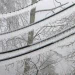 ¿Qué cálculo se debe tomar en cuenta en sobrecargas de hielo en líneas de transmisión?