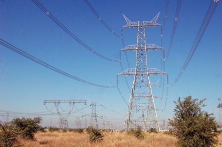 Una vista de la línea 1200-kV, simple circuito, (izquierda) y la línea de doble circuito de 1.200 kV (derecha).
