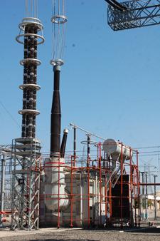 A monofásica 400/1200-kV autotransformador en el sitio.