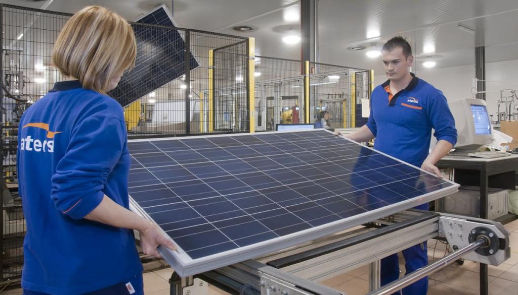 Dos trabajadores de Atersa en la fábrica de Almussafes (Valencia)