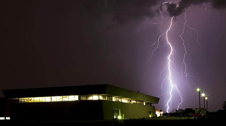 La caída de un rayo puede causar problemas en la calidad de la energía