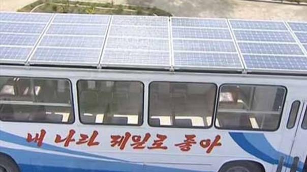Se trata de la primera vez que el régimen de Kim Jong-un muestra un vehículo con paneles solares. | Fuente: Captura de KCTV