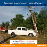 Auto que impacta con poste eléctrico