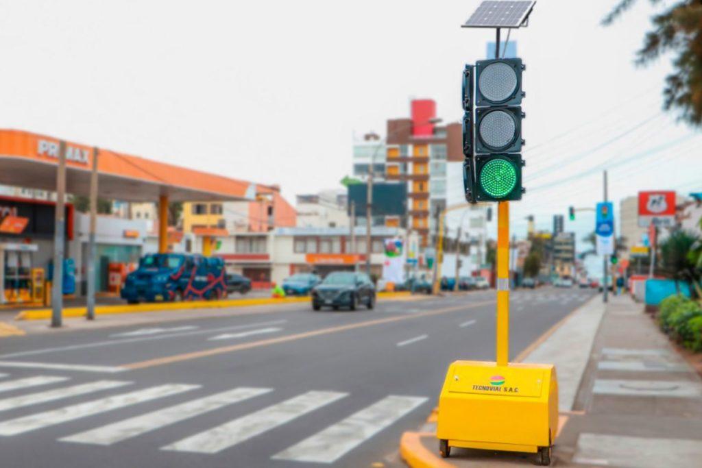 peru-rimer-semaformo-con-panel-solar2